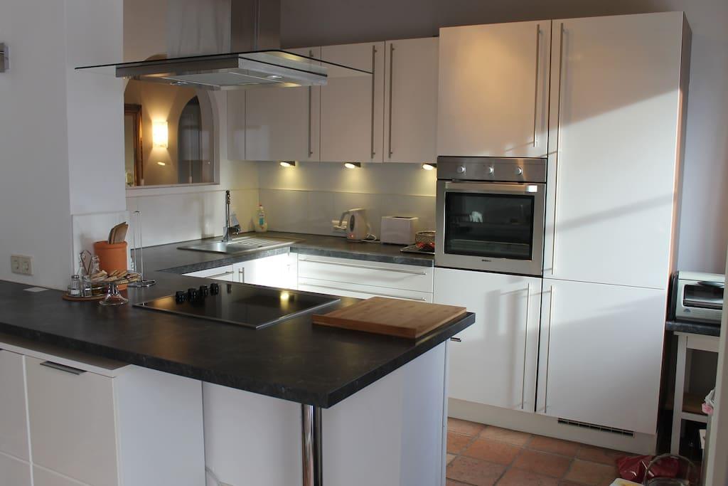 Neue Küche mit modernen Geräten