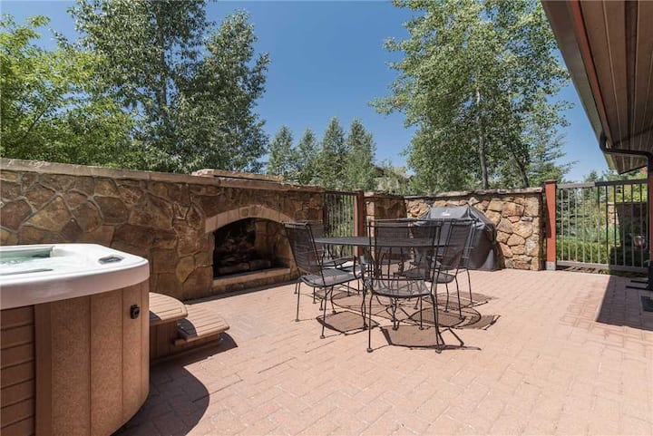 EL5111 Fabulous Vacation Home w/ Private Courtyard; Hot Tub, Fire Place & BBQ!