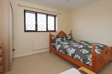 Lovely Massive Double Room -Bristol - Stoke Gifford - Casa