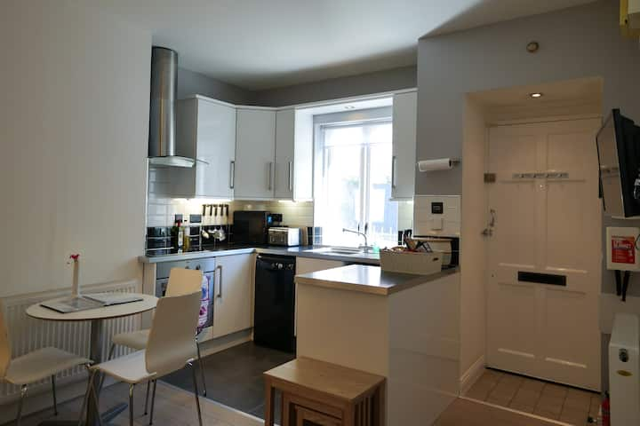 SUPERBLY LOCATED MODERN TOWNHOUSE CORPORATE LET
