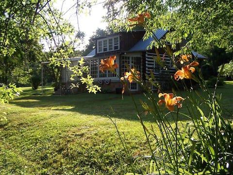Perto da I-77, cabine histórica para 2 antiguidades, rio