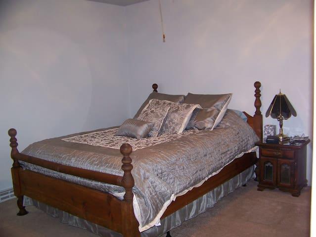 Bedroom 1 - Master Bedroom with Queen size bed