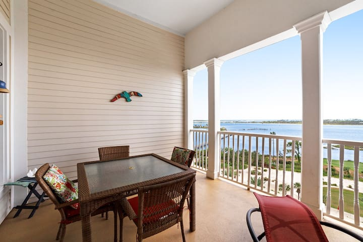 Beautifully positioned condo w/ bayfront views & shared pool/hot tub!