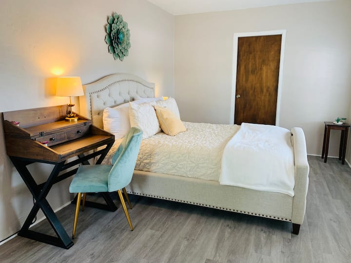 Serene Colorful & Fluffy = Cozy Stay in Nob Hill