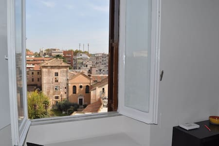 studio overviewing Trastevere roofs