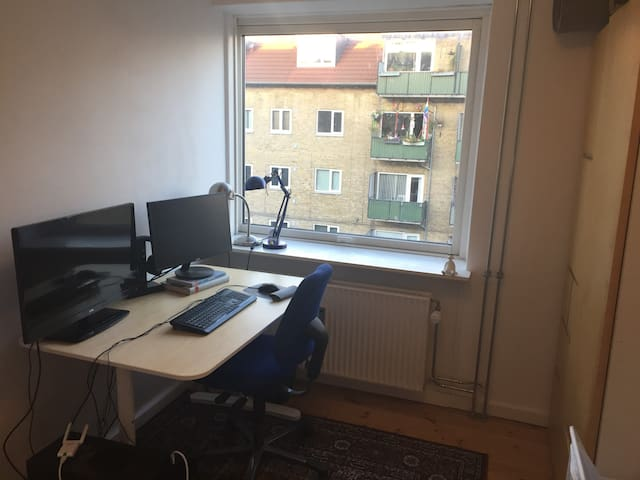 Cosy quiet room with easy access to city centre! - København - Leilighet