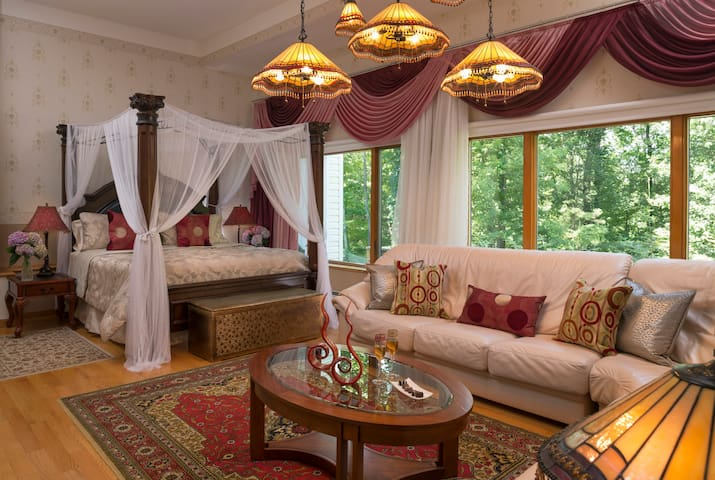 Cherry Valley Manor B&B in Poconos - Tiffany Suite