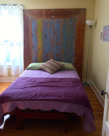 Private Bedroom in Quirky, Friendly Apt. - Burlington - Apartment