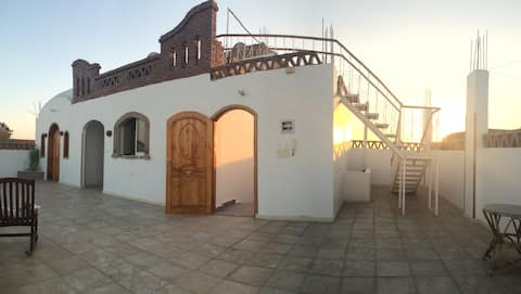 Casa Blanca, Luxor, with big roof top terrace
