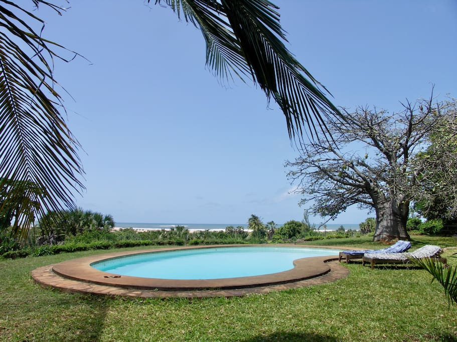 Swimming pool with view over the Indian Ocean