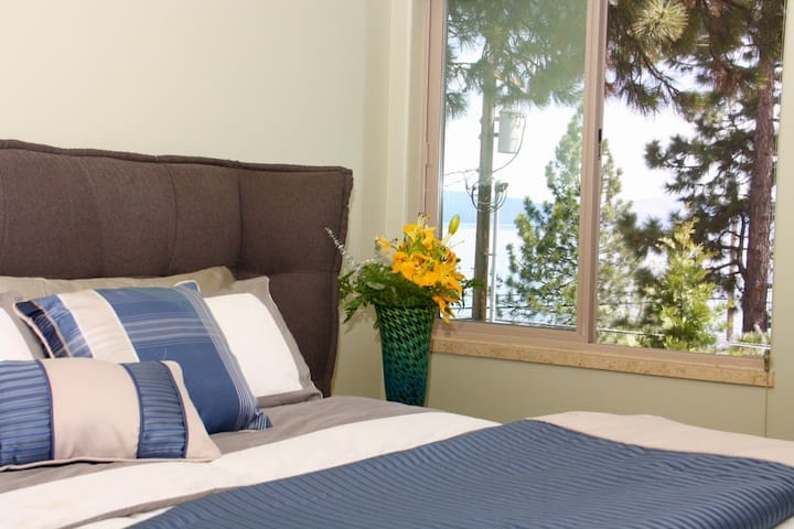 Guest bedroom with a Queen size bed. Great view !!