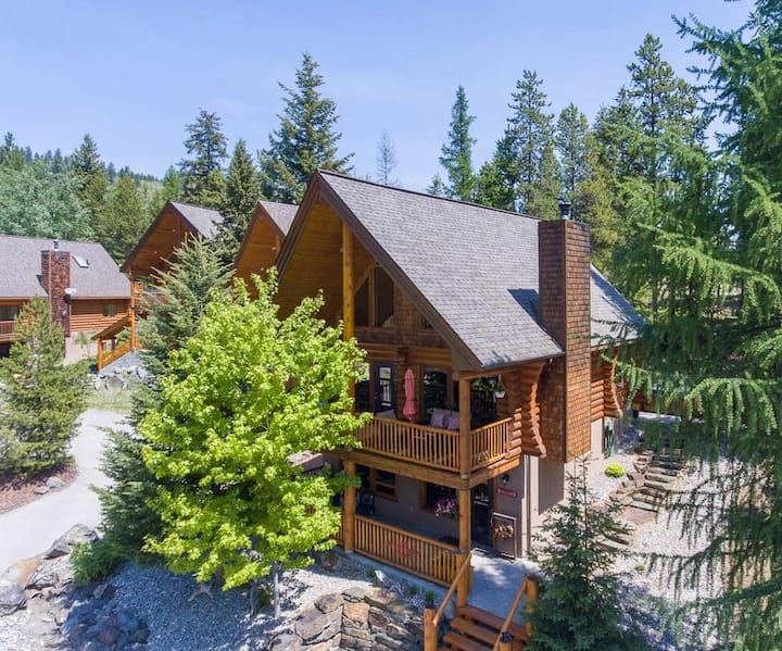 NEW Listing - Beautiful Log Cabin with Hot Tub!
