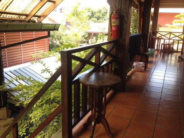 CozyBed+Fan+HotShower+FreeWifi+Kitchen+Quiet Area - Tambon Nai Mueang - Bed & Breakfast