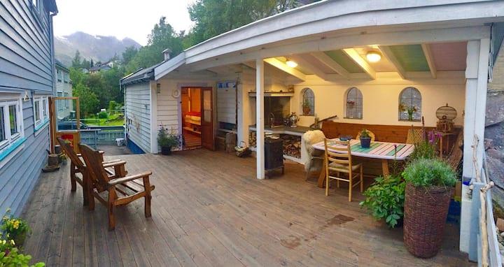 Trolltunga Private Guesthouse Hut