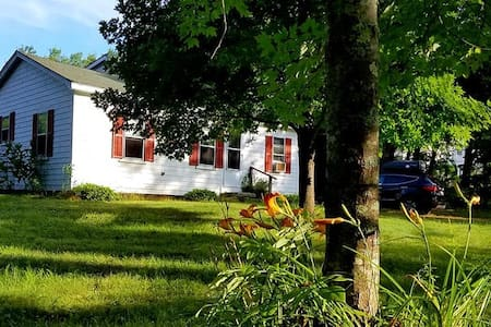 Quaint Kennebunkport Cottage 1 Mile from Beach