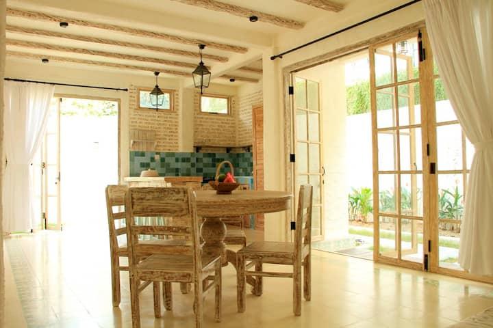 白壁、アンティーク家具。ビーチそばの人気のスミニャックエリア!