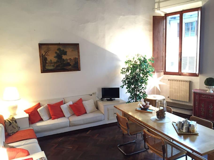 La luminosissima sala con finestre su via Maggio