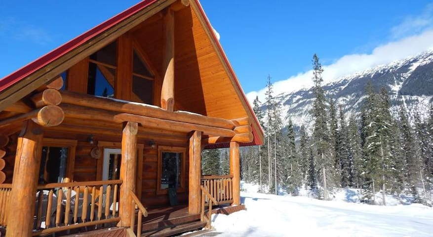 Rustic Rockies Log Chalet Getaway for Ski or Hike - Golden - Chalet