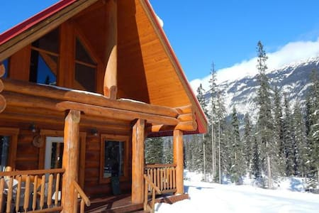 ☼Rustic Rockies Log Chalet Getaway for Ski or Hike