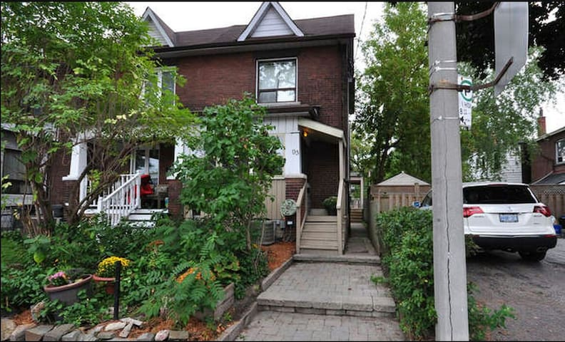 Private Home in Toronto's West End (Sleeps 4)