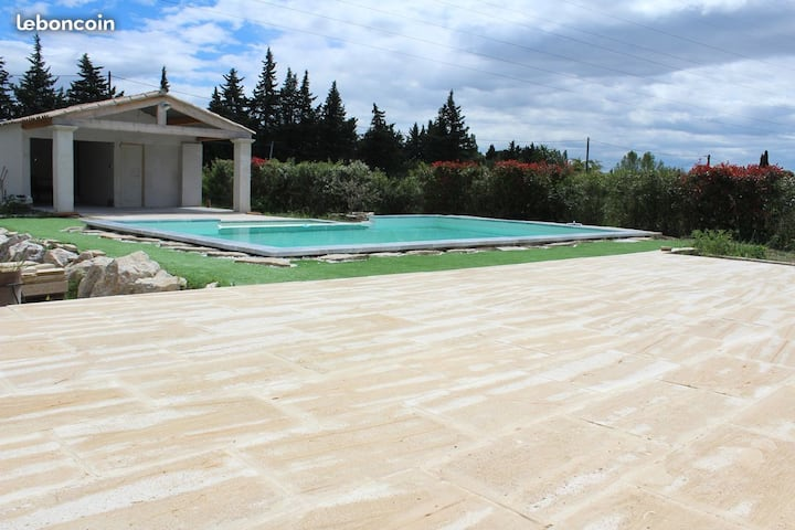 Villa en campagne avec piscine à debordement