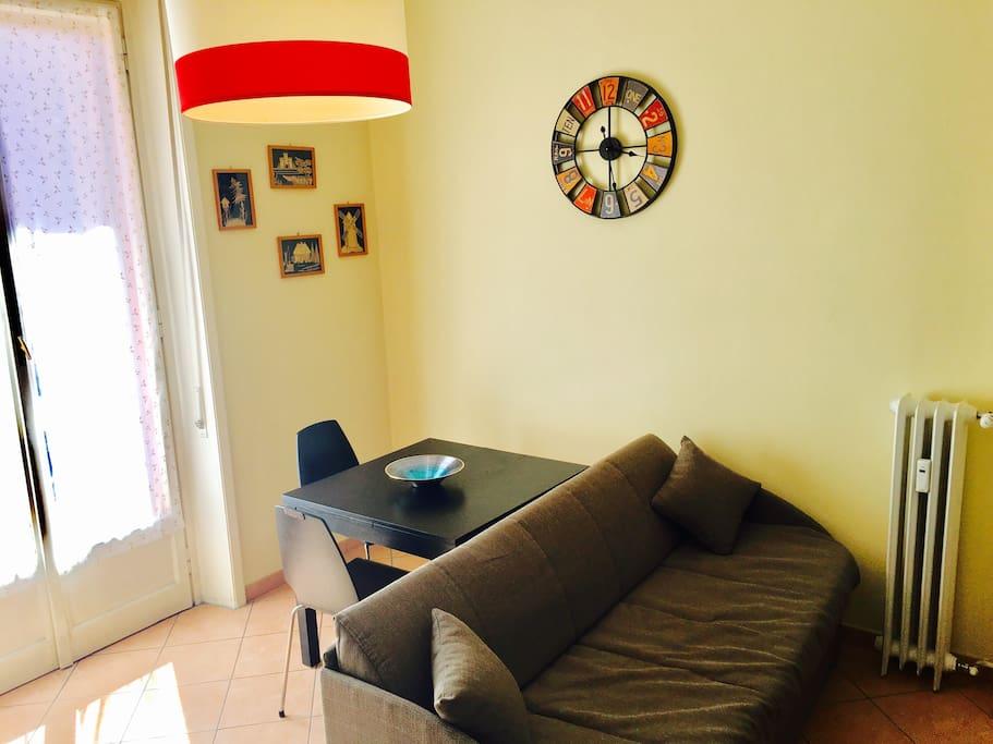 Sala dotata di divano con letto estraibile