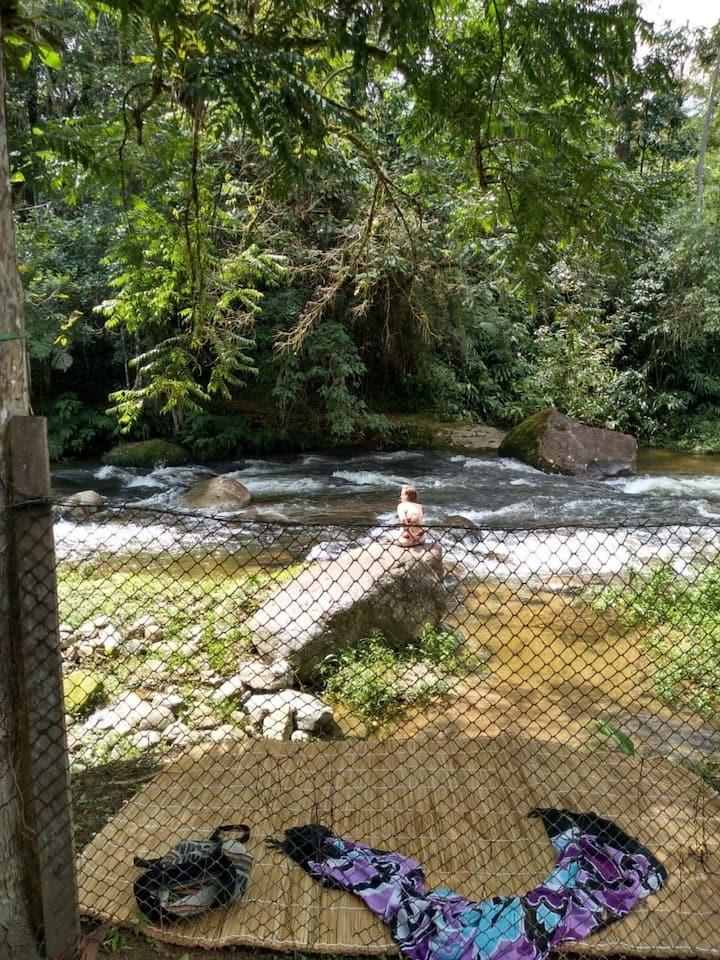 Hospedagem na beira do rio em meio a natureza
