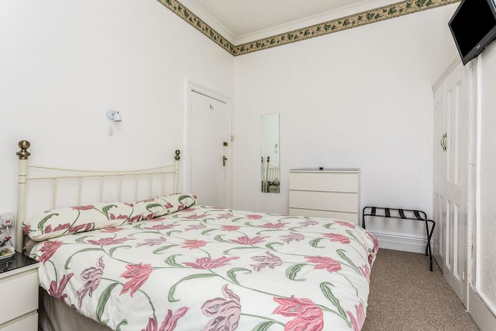 Period Double by Beach, TV Wifi & free parking