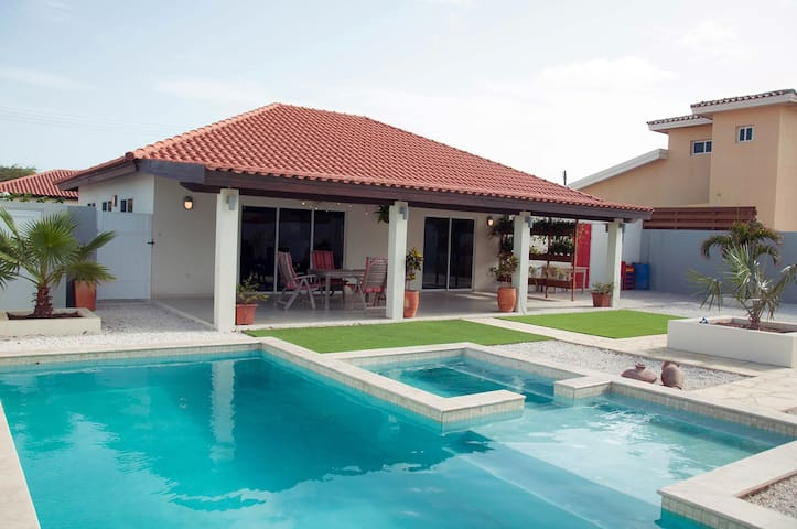 Luxury House with Pool - Noord - House