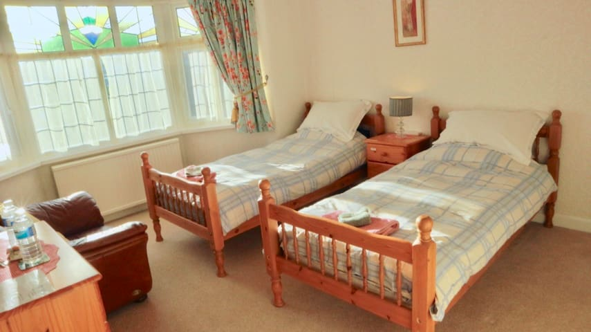 Quiet twin room, family home, close to airport