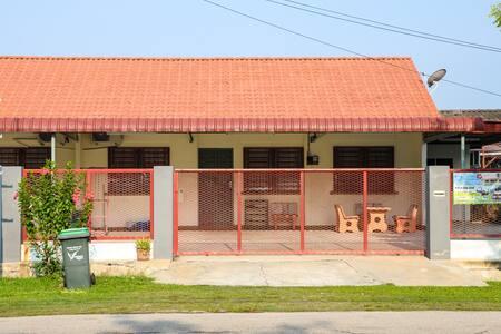 6 Bedder. BungaRaya Guesthouse Sg. Petani Kedah.