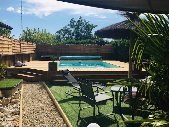 Au petit nid Macaudais avec piscine et jardin.