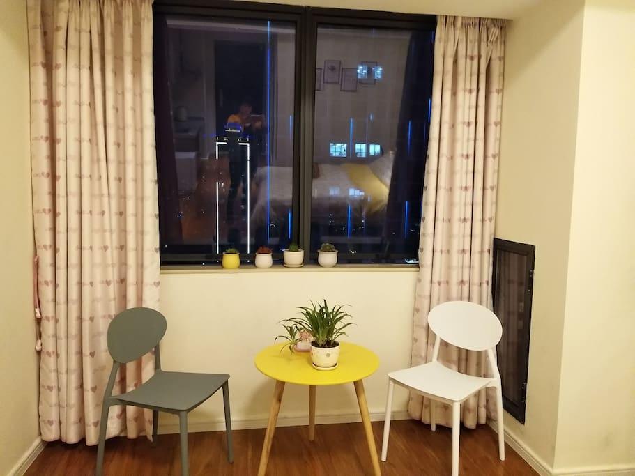 窗明几净的小会客厅