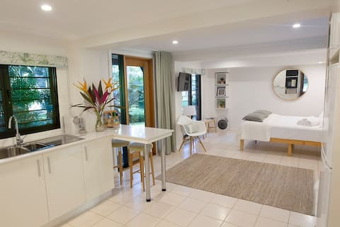 Studio on the Park: Stylish Stay and Tropical Vibe