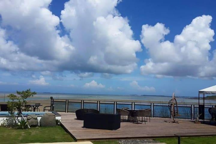 [澎湖幸福四人房]180度面海, 直接在床上看日出月昇 , 退潮可下海看潮間帶生態及沙灘看沙蝦,沙蟹