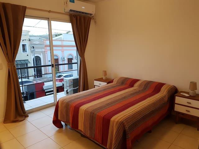 Dormitorio principal al frente con cortinas blackout y aire acondicionado