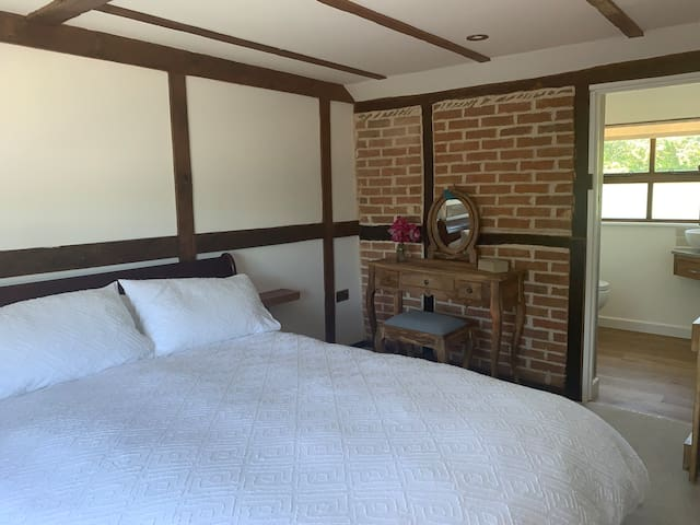 Bedroom with kingsize  sleigh bed and ensuite