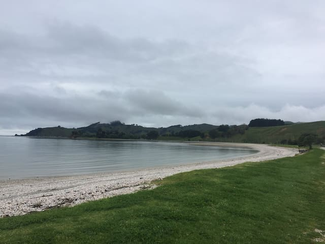 Kawakawa Bay - Roam and relax - House and garden