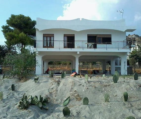 Villa sulla spiaggia a Bova Marina (Reggio Cal.)
