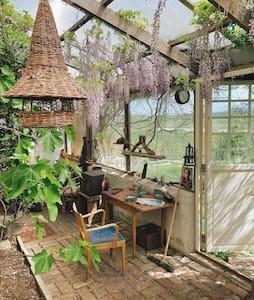 Ateljé med växthus, kök och sovrum på Österlen