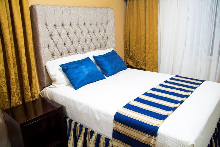 cuarto sencillo cama queen