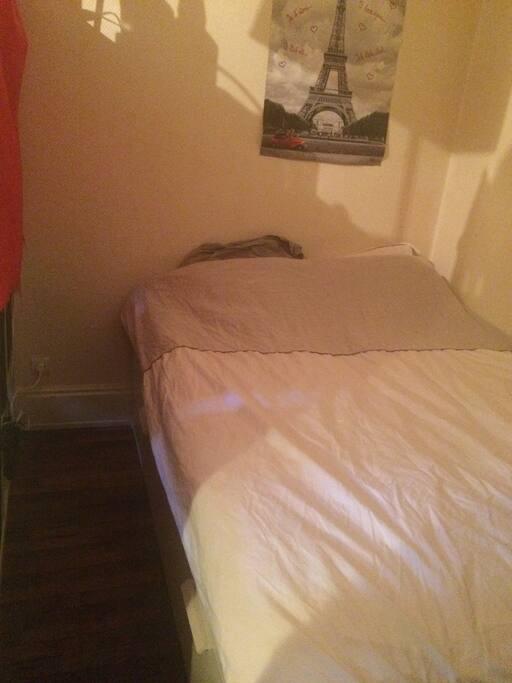 Voici la partie chambre où vous disposerez d'un lit 2 places extrêmement confortable ainsi que de rangement et d'une petite penderie
