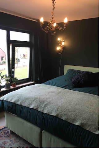 Slaapkamer voorzijde met bed 180x210 cm