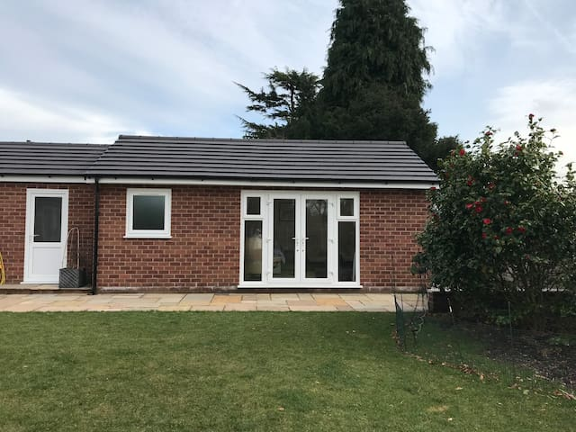 Bright newly built garden room with en-suite