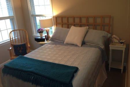 3-room suite, +breakfast, light & bright! - North Easton