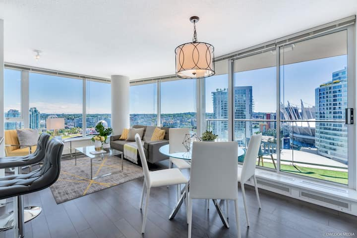 Luxury 2BR+Den+Solarium Apt with Awesome DT View