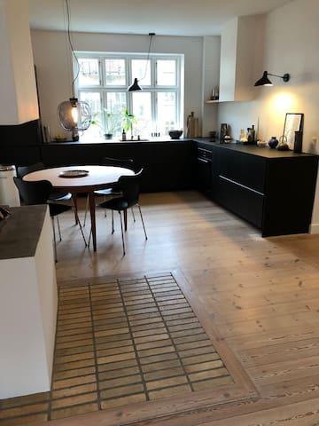 2-værelse nyrenoveret lejlighed centralt i Århus