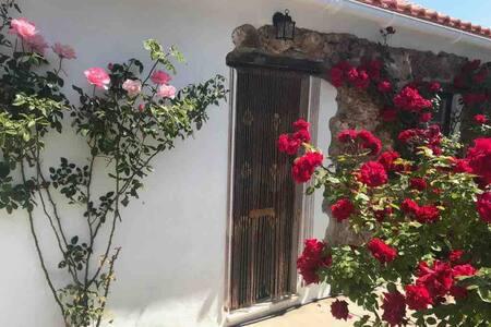 Casita Rosa cottage near Castelo do Bode lake