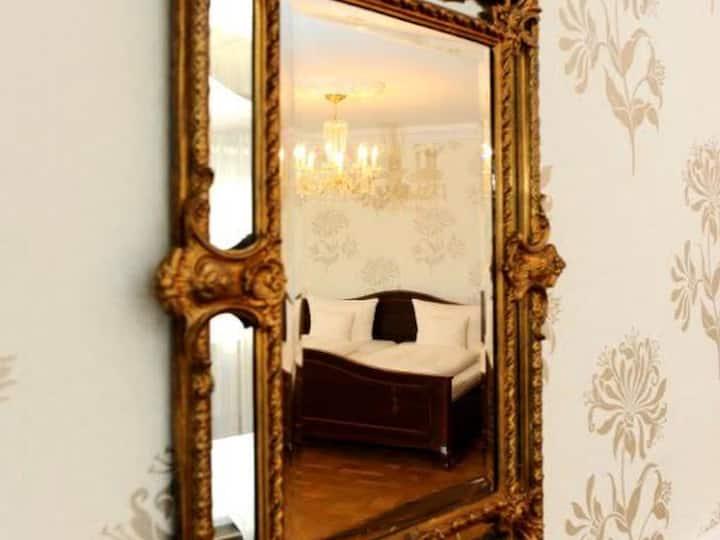 HELIOPARK Bad Hotel zum Hirsch, (Baden-Baden), Junior Suite mit Badewanne und WC, teilweise Bidet
