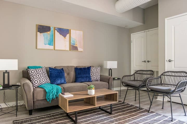 Charming 2BR Apt in Downtown